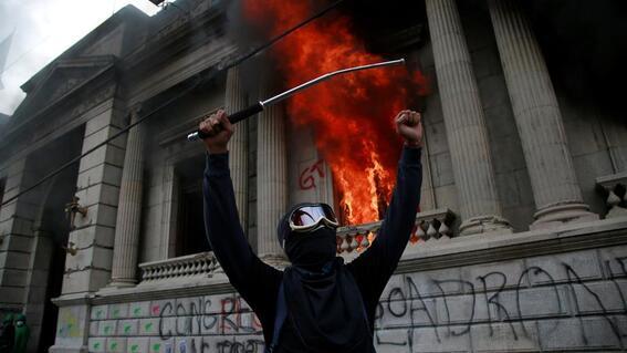manifestantes prenden fuego a congreso de guatemala