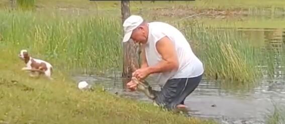 hombre arriesgo su vida por salvar a su perro de un cocodrilo