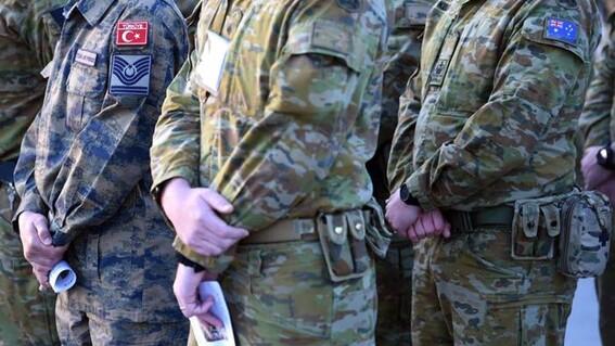 Soldados beben alcohol de la pierna protésica de talibán muerto
