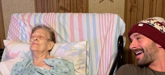 abuelita fuma marihuana con su nieto poco antes de morir de cancer