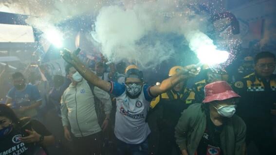 aficionados del cruz azul se reunen afuera del estadio azteca pese a covid19