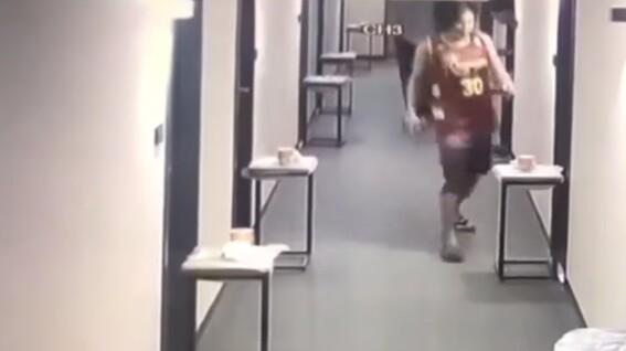video multan a un hombre con 3 mil 500 dolares por romper la cuarentena en taiwan