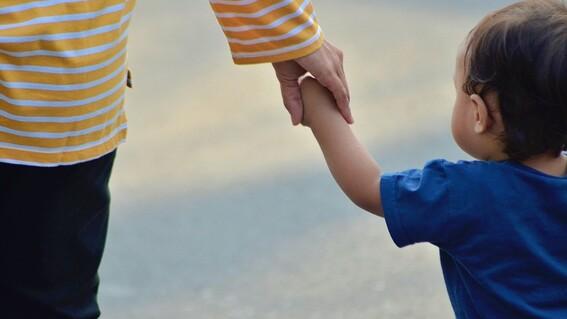 abuelita cobra como ninera por cuidar a su nieto