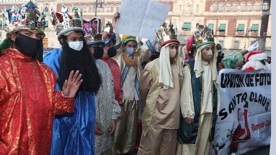 'reyes magos' y 'santas' protestan en cdmx para que los dejen trabajar
