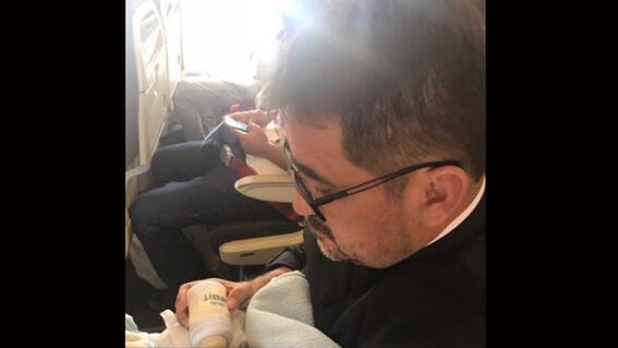 sacerdote adopta a bebe con sindrome de down