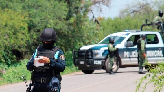 luego de un accidente de transito tres policias ayudan a una mujer y terminan violandola