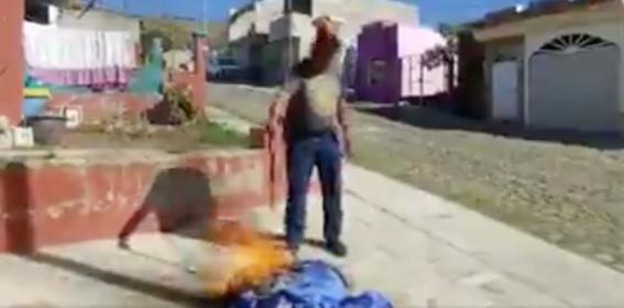 video camillero quema su uniforme  y renuncia por no recibir vacuna contra covid19