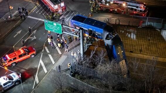 autobus queda colgando de un puente en autopista de nueva york