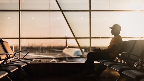 un hombre se pasa 3 meses escondido en un aeropuerto por miedo a la covid