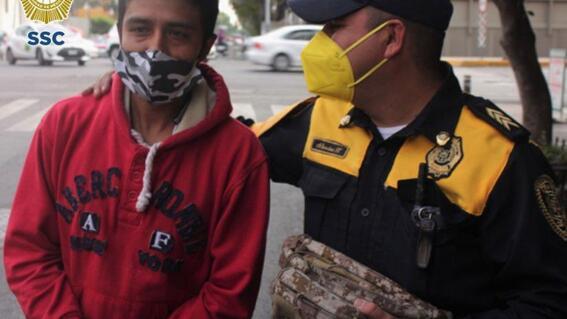 policia devuelve mochila con 30 mil pesos que eran para comprar tanque de oxigeno