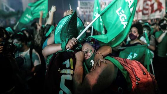 golpean a mujer por llevar panuelo verde a favor del aborto