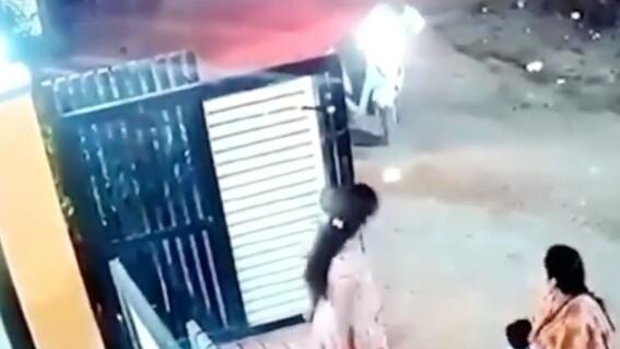 un hombre ataca con un hacha a una mujer que lo habia rechazado