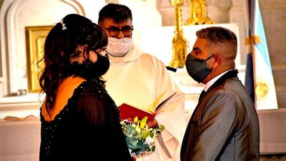 mujer transgenero se casa en la iglesia bajo ritos catolicos