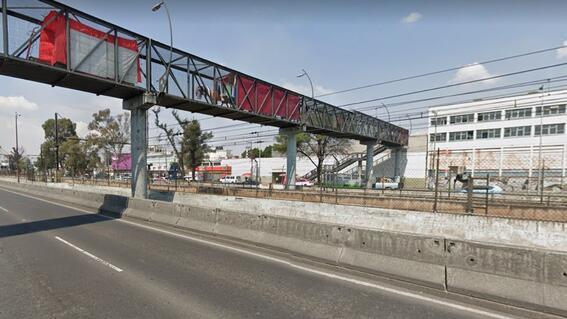 hombre intento saltar de un puente peatonal y policias lo rescatan