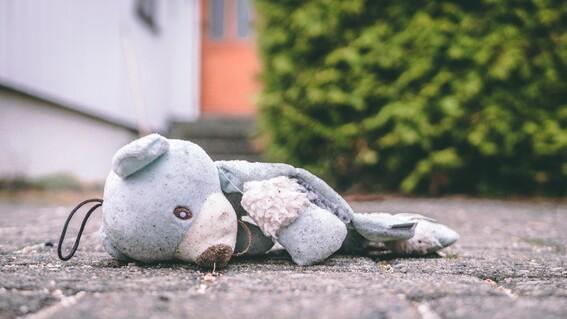 nino trans de once anos es agredido fisicamente por otros cuatro menores