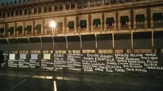 8m mujeres colocan nombres victimas feminicidio vallas palacio nacional
