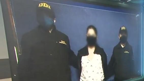 detienen a mujer grabo hija fumando