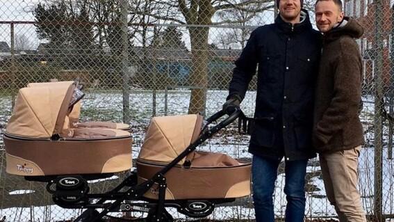 pareja gay tuvo trillizas luego de que sus dos madres sustitutas dieran a luz al mismo tiempo