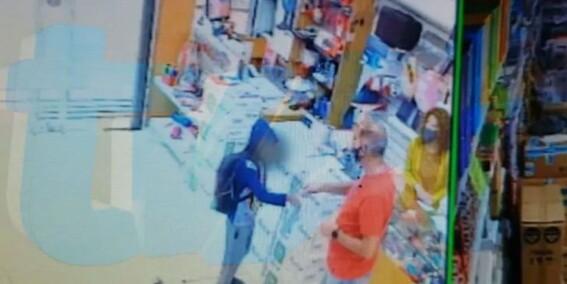 video un nino fue por un lapiz para poder estudiar y el dueno de la libreria le regalo todos los utiles