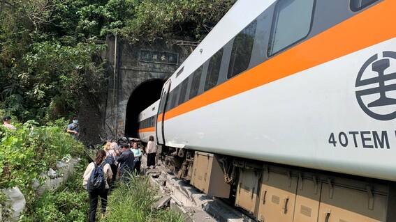 fotos y video decenas de muertos y heridos al descarrilarse un tren en un tunel de taiwan