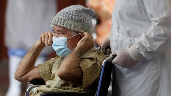 jovenes se disfrazan de abuelitos para recibir la vacuna en coyoacan