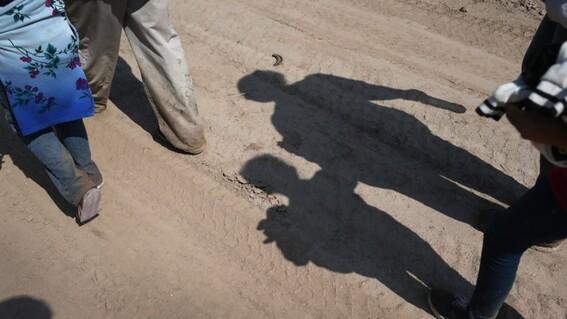 abandonan a nino de 10 anos en el desierto de estados unidos
