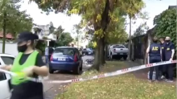 hombre atropella a ladrones que lo asaltaron saliendo de casa en argentina