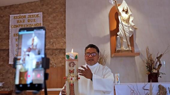 padre cheke el sacerdote que usa tiktok para que la gente se olvide del covid19