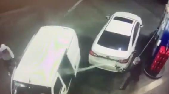 hombre gasolina ladrones