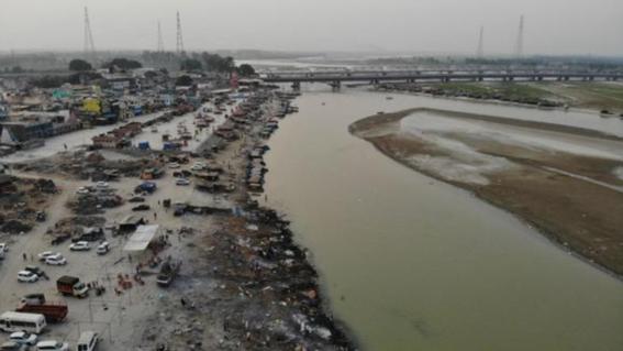 decenas de cadaveres flotan en el rio ganges; presuntamente murieron por covid19