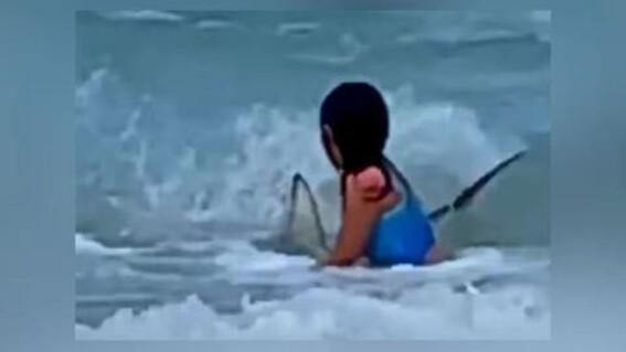 video madre graba cuando su nina se topa tiburon playa