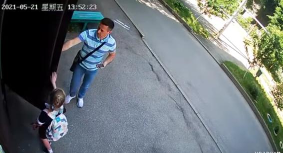 video nina escapa de pedofilo que la siguio hasta su casa