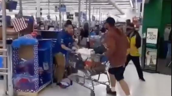 video empleado de supermercado noquea a cliente que escupio