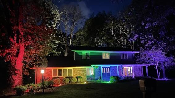 prohiben a pareja gay colocar bandera lgbt iluminan casa de arcoiris