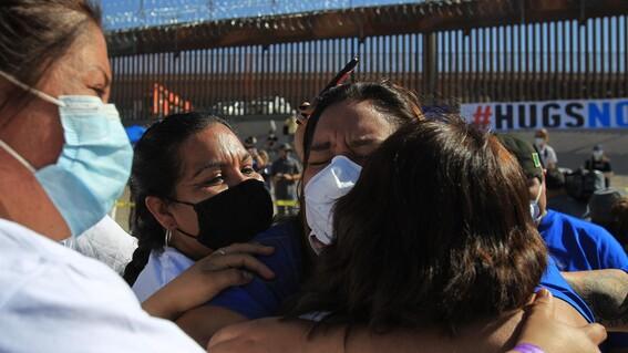 familias migrantes abrazo frontera