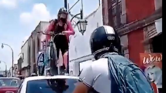 video ciclista camina por encima automovil porque no respeto ciclovia
