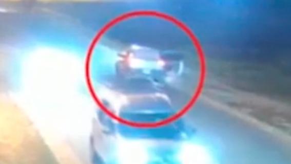 video mujer se tiro de auto movimiento para escapar agresor