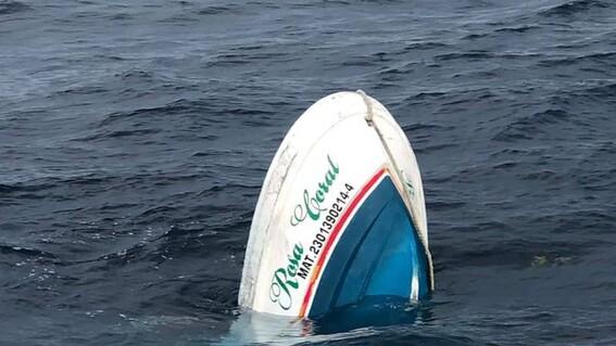 tres turistas lancha isla mujeres hombre embarcacion