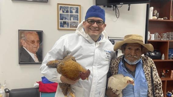 abuelo paga con gallinas operacion prostata