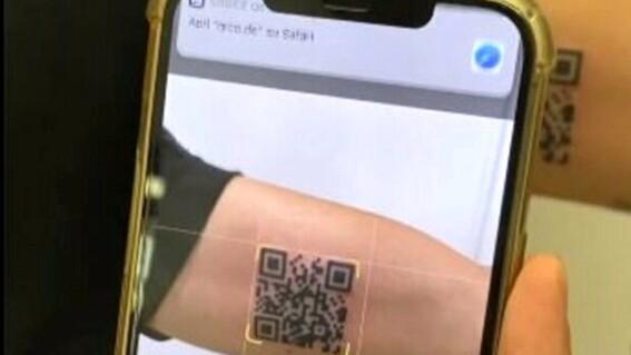 joven se tatua pasaporte sanitario covid
