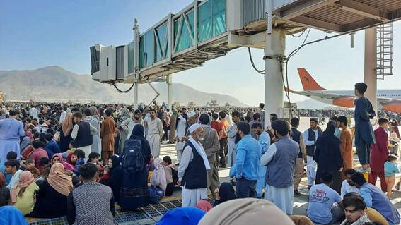 reportan explosion en el aeropuerto de kabul; se registran varias victimas