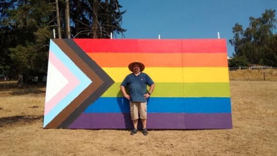bandera lgbt escuela prohibe vecino pintan pared arcoiris