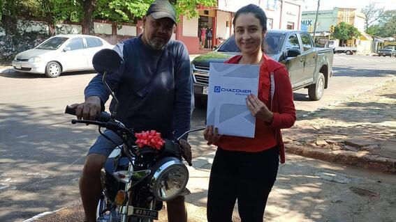 joven regala moto a su padrastro