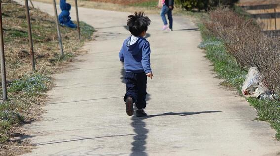 nino de seis anos pide ser adoptado en eua