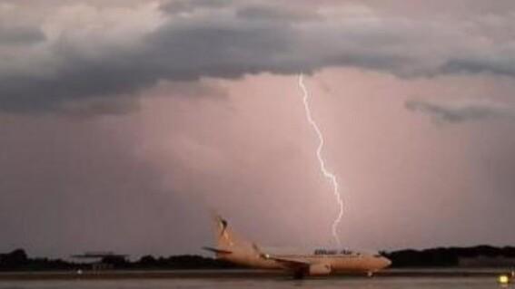 rayo cae sobre avion barcelona