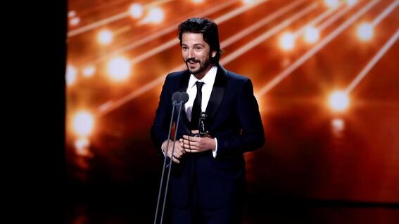 diego luna usa lenguaje inclusivo tras ganar en los premios latino